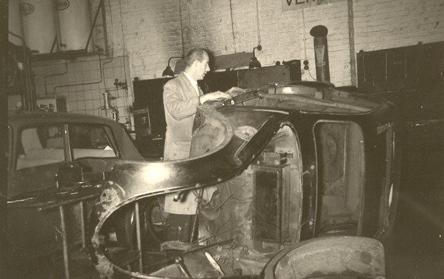 Karosseriebau bei Nefgens - gearbeitet wird an einem 202, das Bild stammt aber wohl aus den 1960ern