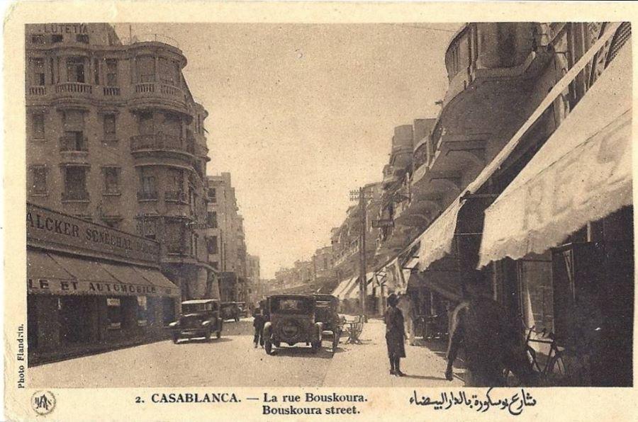 Der Automobilhändler auf der linken Strassenseite bietet neben einer Vielzahl anderer Marken auch Peugeot an