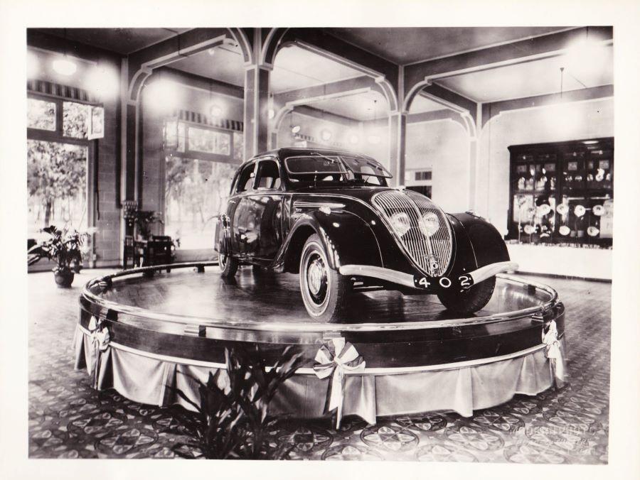 Peugeothändler Fa. Jean Comte - der Showroom vermutlich 1935 bei der Präsentation des 402
