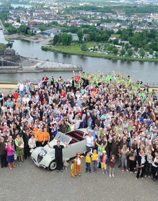 Teilnehmer des L'Aventure Peugeot Treffens 2012 in Lahnstein
