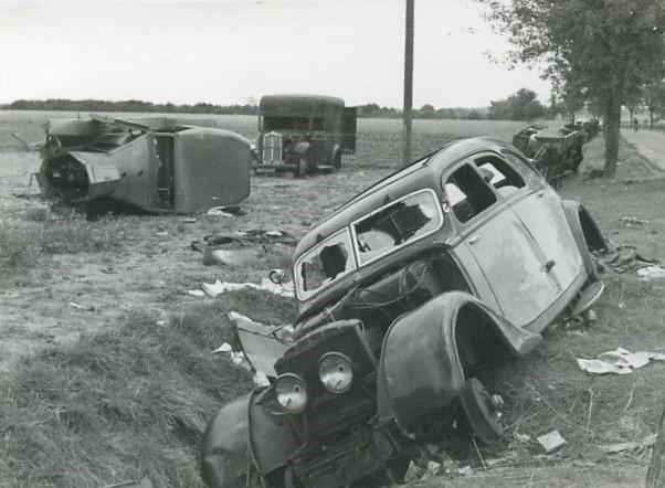 zurückgelassene Fahrzeuge mit Kriegsschäden