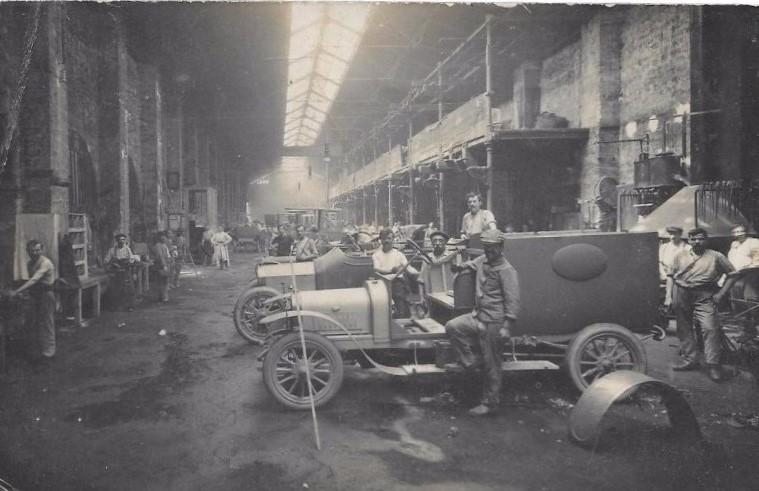 1915 entstehen in den Hallen gepanzerte Kampfwagen
