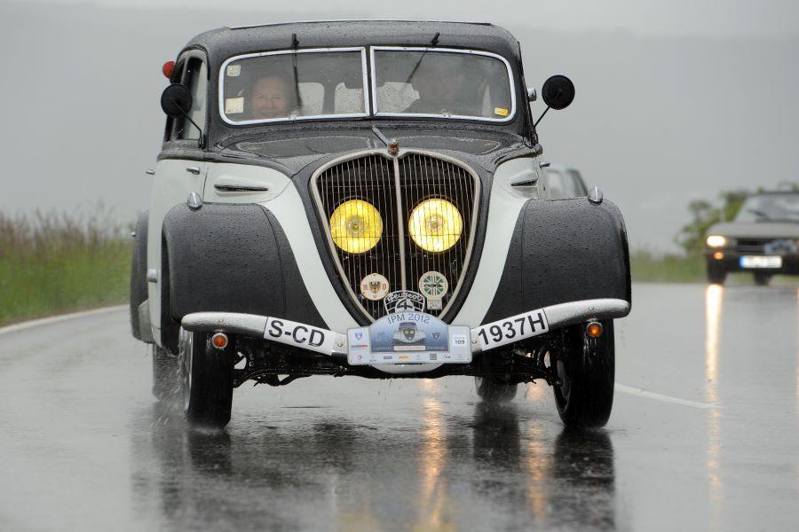 Peugeot 402 auf großer Fahrt