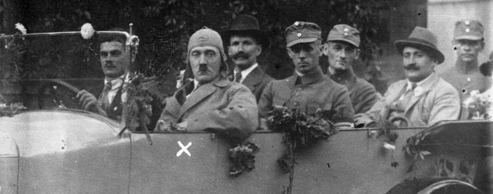 Hitler und Prof. F. Porsche 1923 auf Propagandafahrt durch Bayern