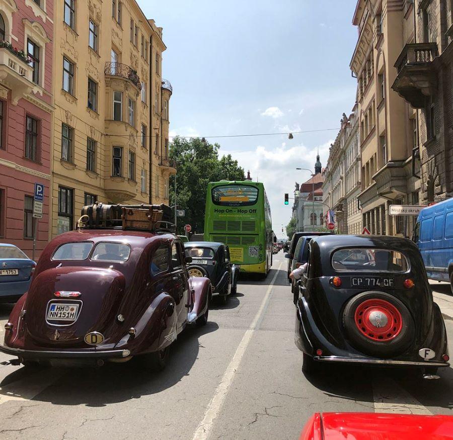 Peugeot Oldtimer im heutigen Straßenverkehr