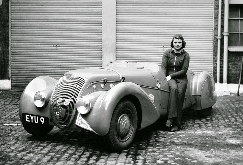 Dorothy Patten, spätere Baronin Dorndorf, in ihrem 1938er Peugeot 402 Darl'Mat Special Sport Roadster
