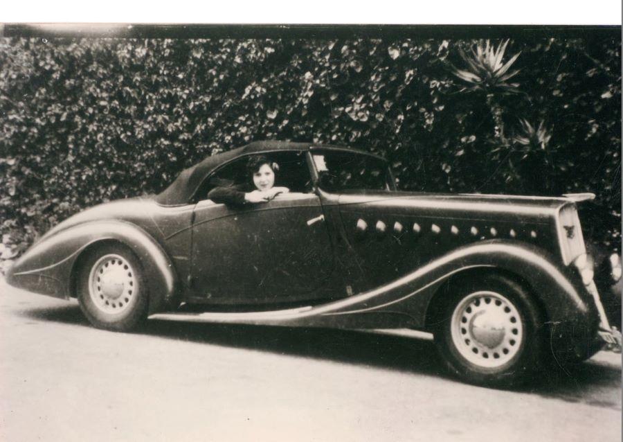 Mistinguett in ihrem 401 Roadster von Crouzier