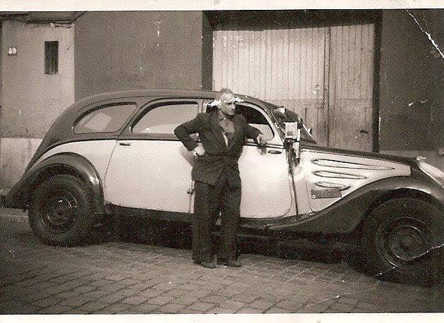 Peugeot 402 mit Taxameter und Suchscheinwerfer