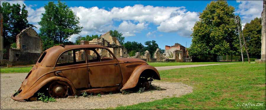 Peugeot 202 mit unerwünschtem Weltruhm - der Wagen des Dr. Desourteaux in Oradour sur Glane