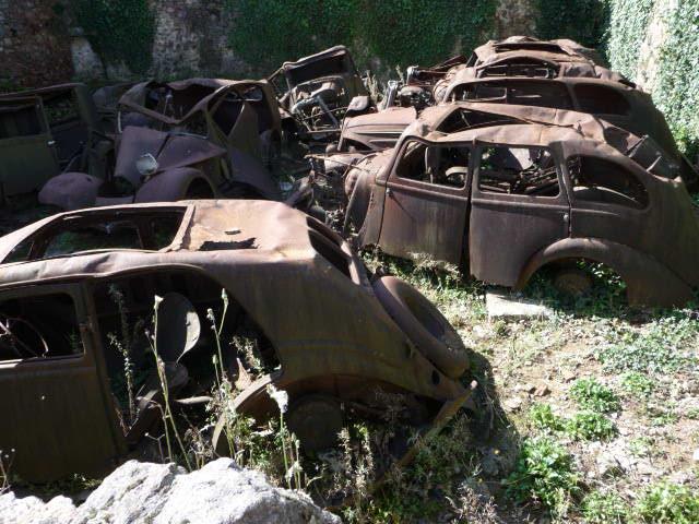 Zerstörte Fahrzeuge in Oradour sur Glane