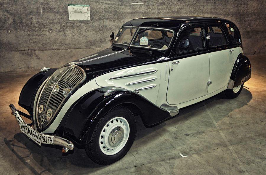 Ein 402 - nach der Überarbeitung der Karosserie Mitte 1936 -  in nachempfundener Lackierung eines großen Pariser Taxibetriebes.
