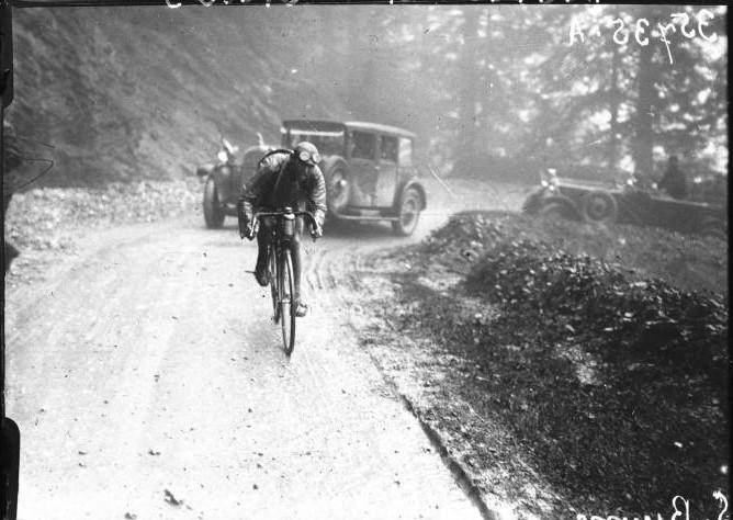 1926 - Lucien Buysse am Col de l'Aubisque mit dem Peugeot-Begleitwagen Typ 181