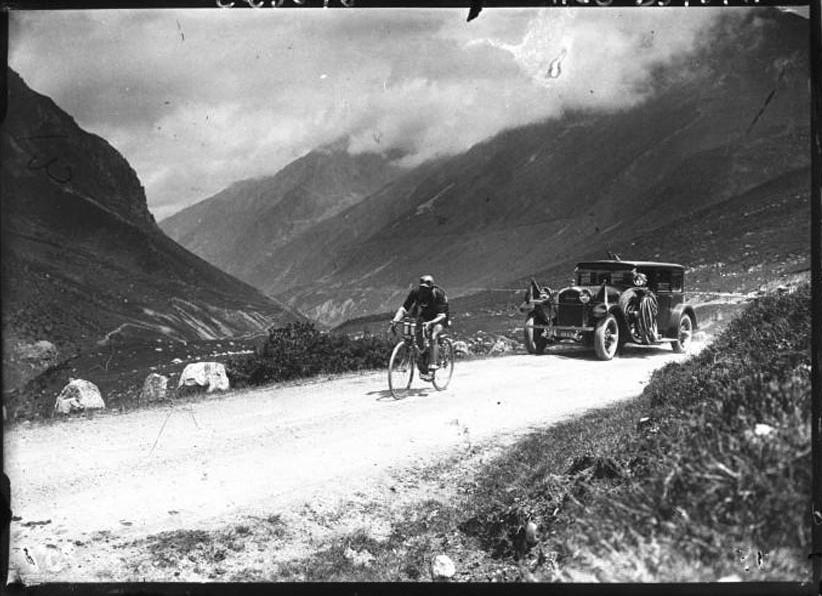 1926 - Lucien Buysse am  Col de Puymorens mit dem Peugeot-Begleitwagen Typ 181