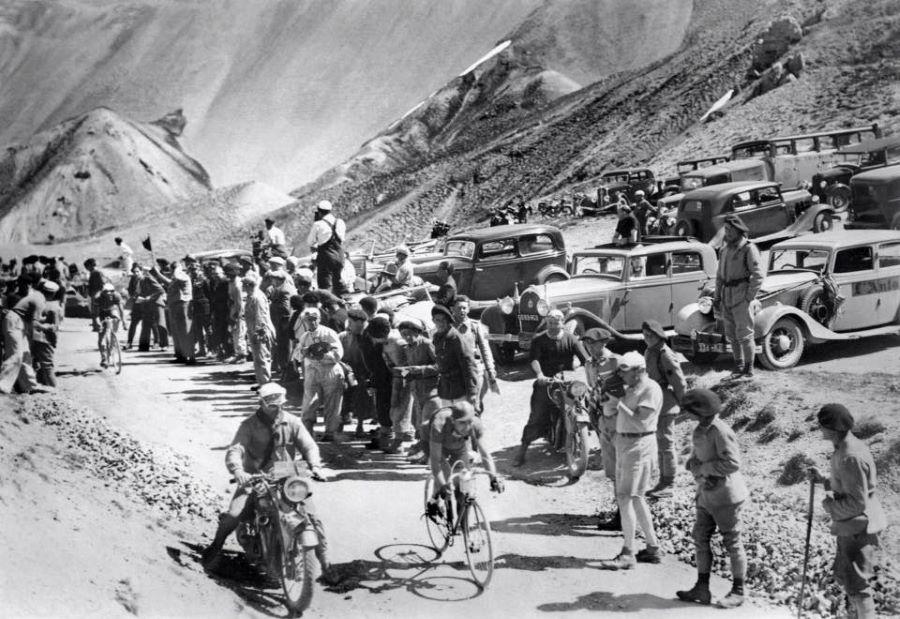 Tour de France - wohl 1936 - der 301 eines Zuschauers im Hintergrund