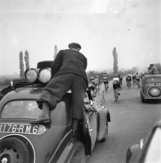 Tour de France 1939 - Kameramann auf einen Peugeot 402 B Leger und vorne ein 202