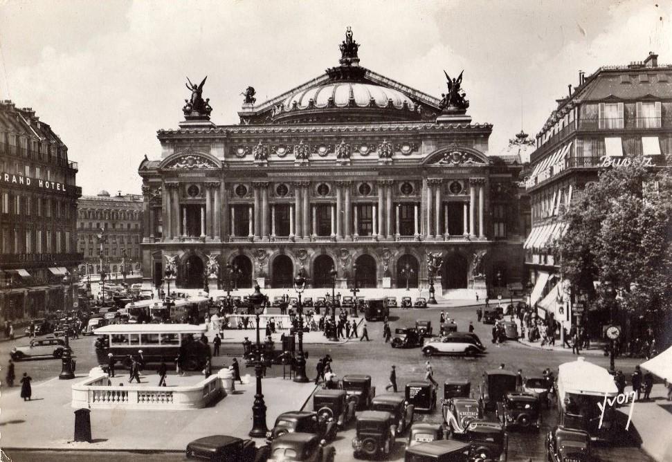 Peugeot-Taxis vor der Oper in Paris - links 401, rechts 402