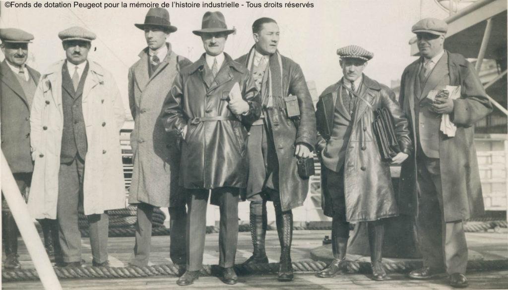 """Die Herren Morillon, Boillot, De Ponfilly, Proust, Campagna, Montagnan und Barth auf dem Deck des Linienschiffs """"Generalgouverneur Chanzy"""""""