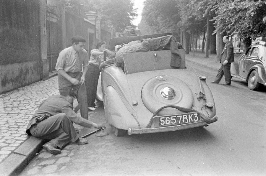 Fahrzeuge aus der Produktion der Fa. Peugeot auf dem Flüchtlingstreck 1940