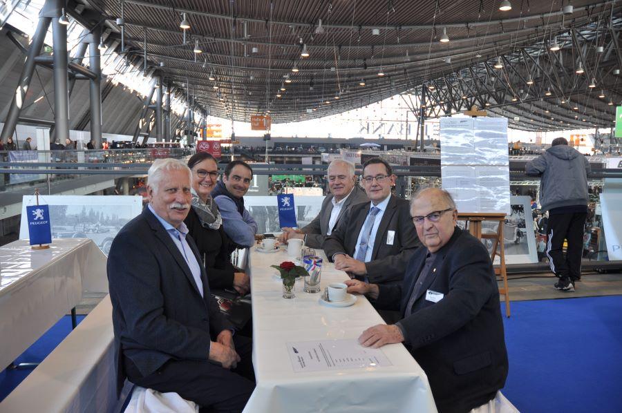 Von Links: Dieter Rössler, Silke Rosskothen (Peugeot Deutschland GmbH), Eric Barthelat (L'Aventure Peugeot), Daniel Allmang, Michael Kreuz, Erich Reck