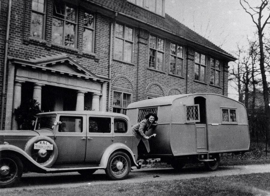 """Peugeot """"Six"""" - Typ 183 mit Wohnwagen - 1930"""