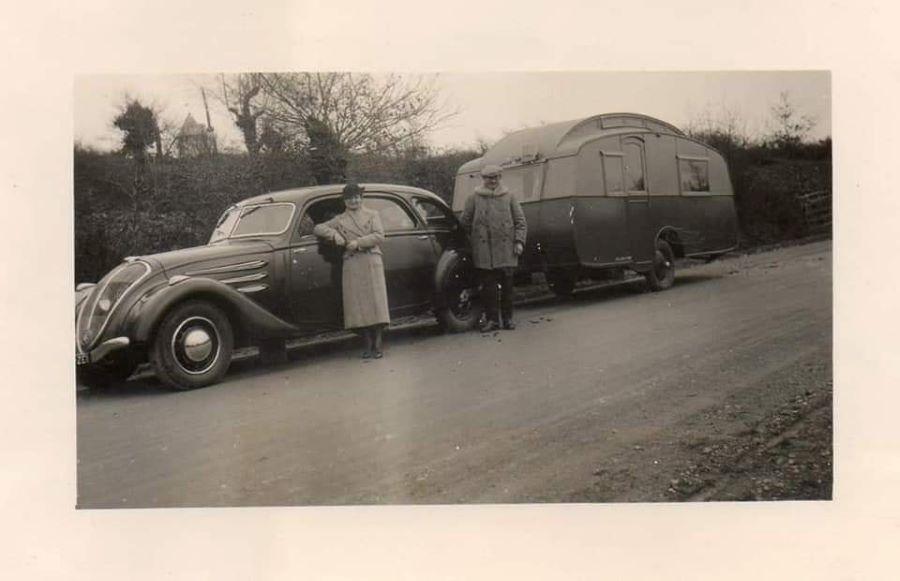 Peugeot 402 der ersten Serie mit Wohnwagen - nach 1935