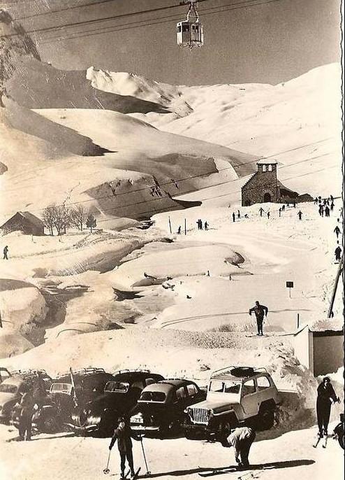 Fahrt in den Winterurlaub am Col de Tourmalet mit dem Anfang der 1960er schon in die Jahre gekommenen Peugeot 302
