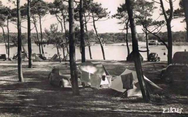 Campingplatz mit Peugeot 202, hinten rechts wohl ein 302 oder 402 Leger