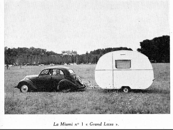 Peugeot 202 mit Wohnwagen