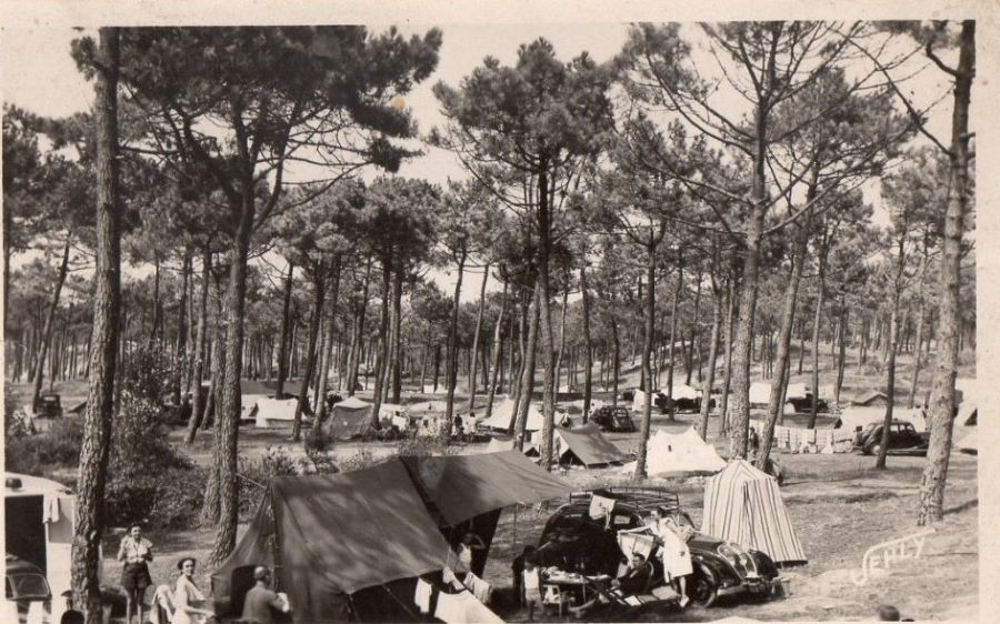 Campingplatz mit Peugeot 402
