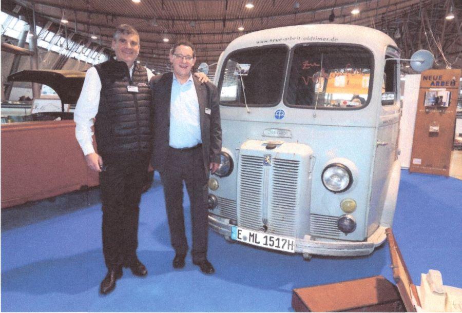 Xavier Crespin, Geschäftsführer dr L'Aventure Peugeot (links) und der Autor vor den Peugeot D4B