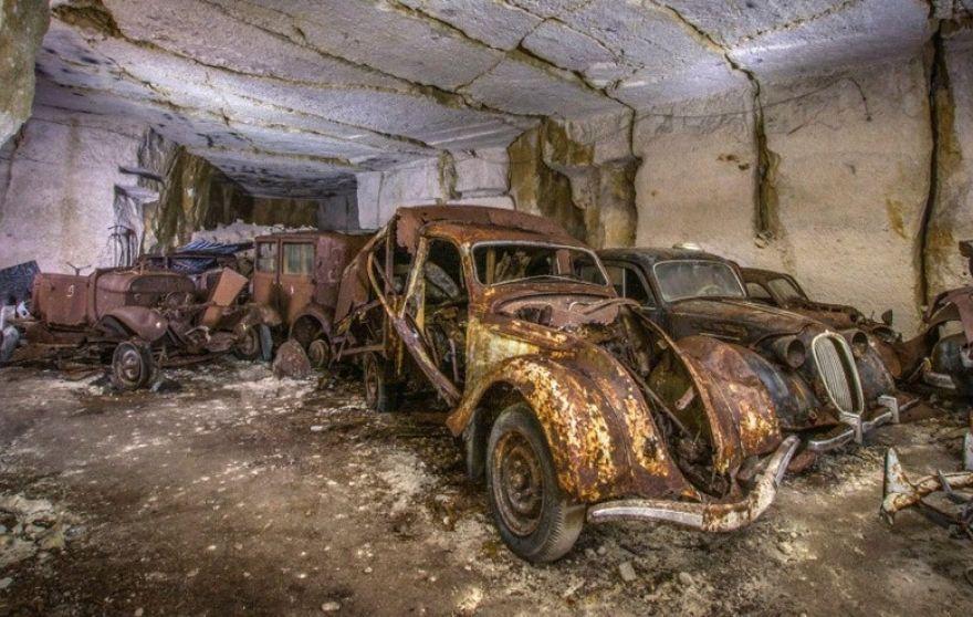 Vorkriegs-Wagen in französischem Steinbruch