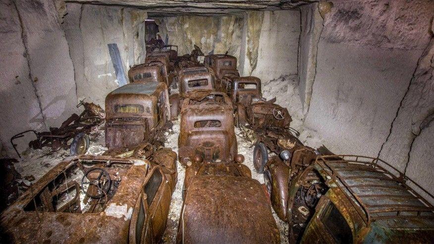 Peugeot 402 und andere Vorkriegs-Wagen in französischem Steinbruch