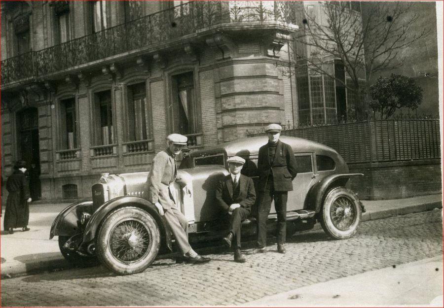 Peugeot Typ 174 S im Jahr 1926 vor dem Start beim Bergrennen von La Turbie. Vor dem Wagen die Piloten Gay/Blades