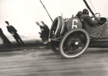Beim Grandprix des ACF gelang dem 18-jährigen Lartigue im Jahr 1912 ein Foto, das inzwischen als Metapher für das Tempo des technischen Zeitalters steht.
