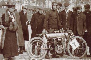 W.E. Cook mit der NLG-Peugeot nach dem Brooklands-Eröffnungsrennen
