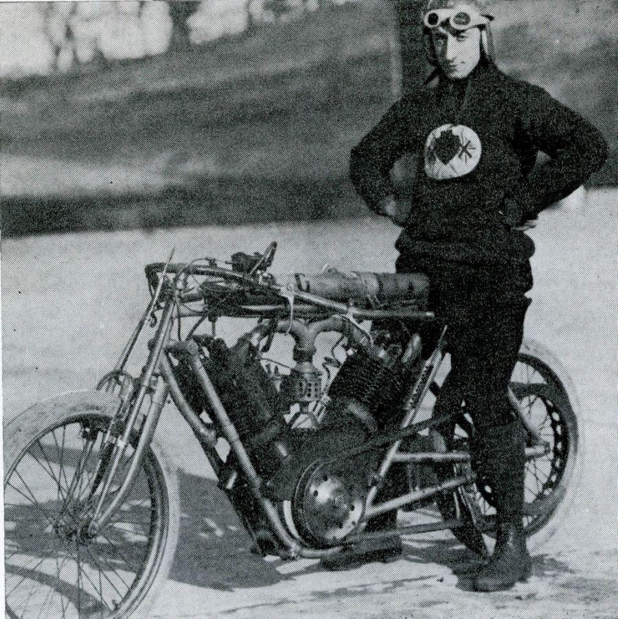 W.E. Cook auf dem NLG-Peugeot Rekord-Monster mit 2,7 Liter Hubraum