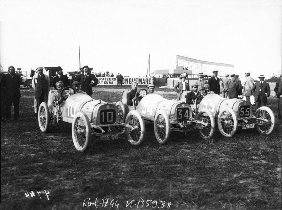Peugeot-Starter Giosue Giuoppone (Nr. 10), Jules Goux (Nr. 34) und Gorges Boillot (Nr. 55) beim GPO de Voiturettes 1908 in Dieppe auf den 2-Liter-Lion-Peugeot